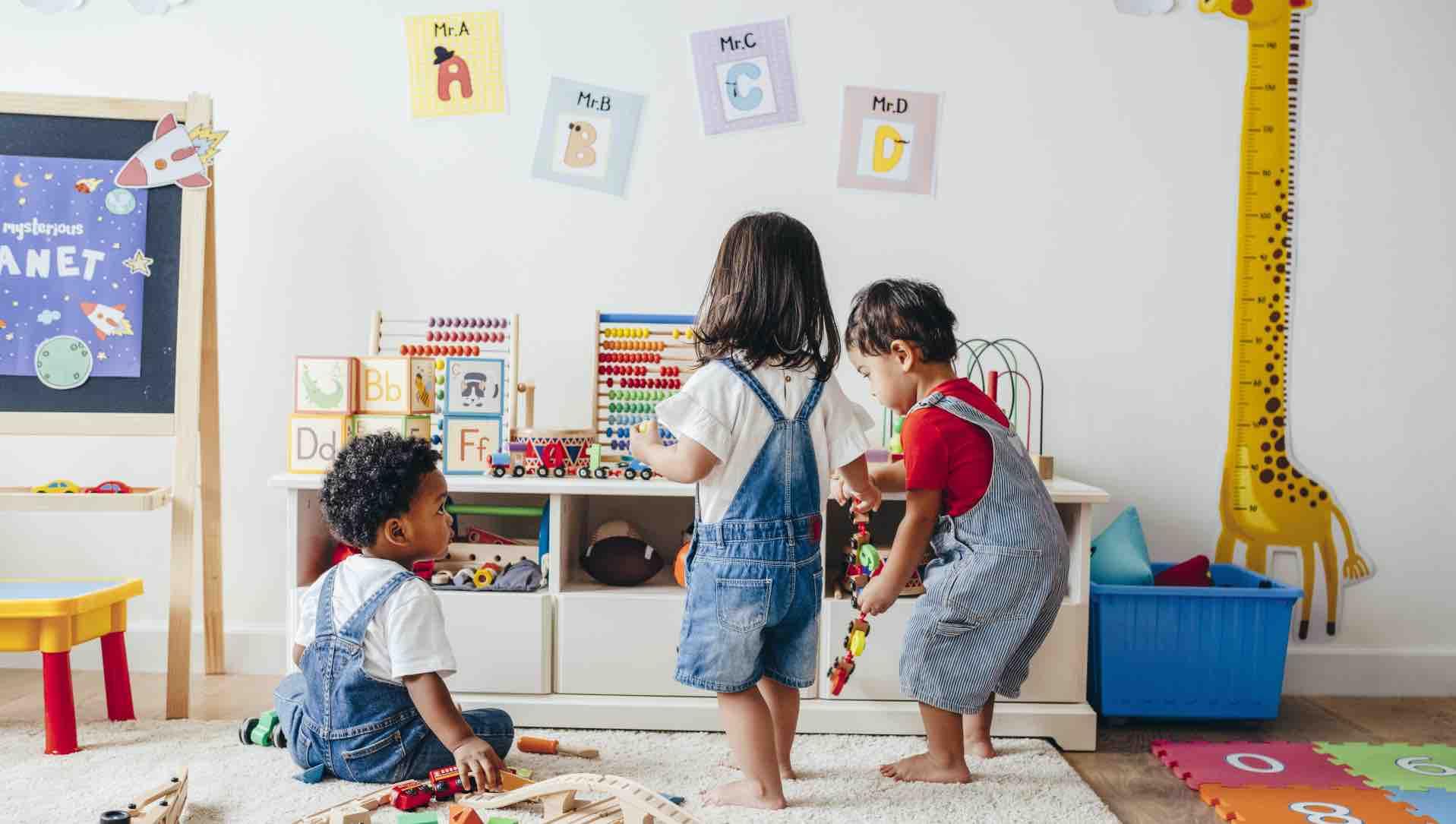 Kinderzimmer_mit_Spielzeugen_und_Buechern