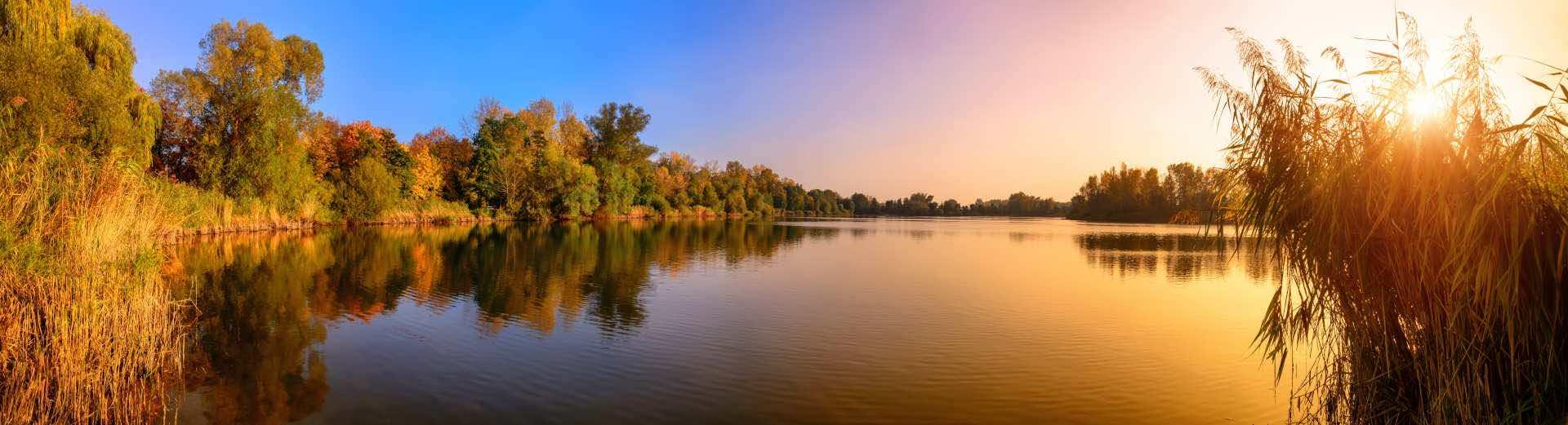 Ruhiger See mit Schilf_1