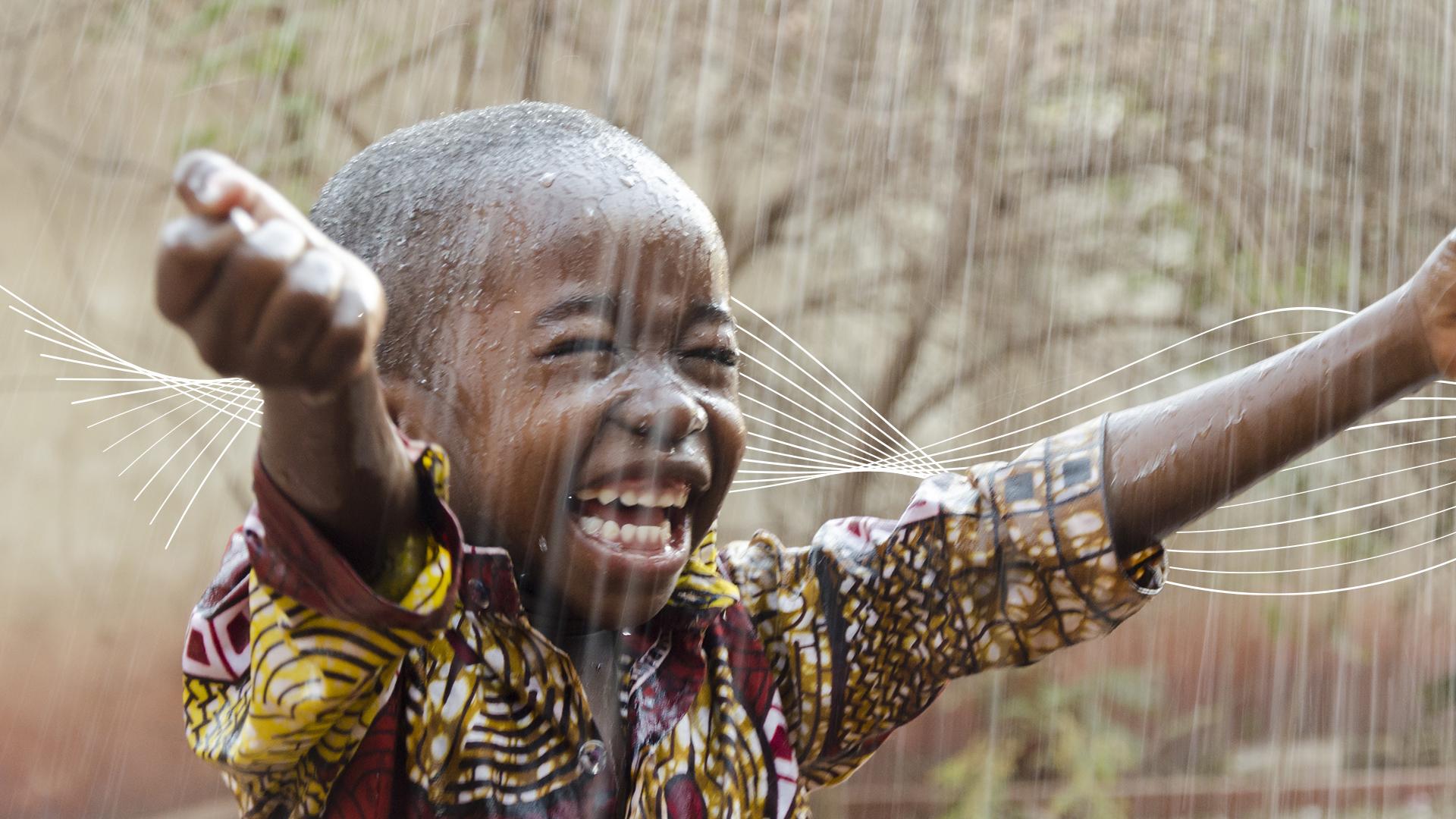 Kind Freude Regen Lachen