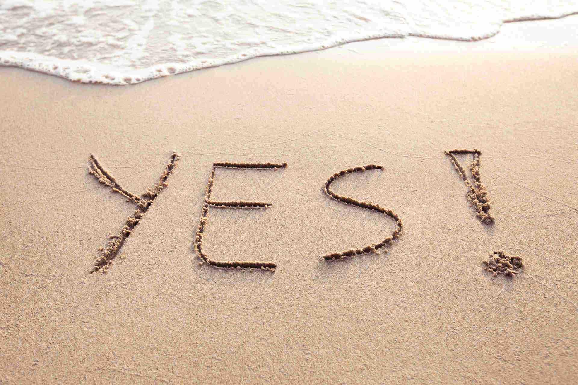 das-wort-yes-im-sand-geschrieben