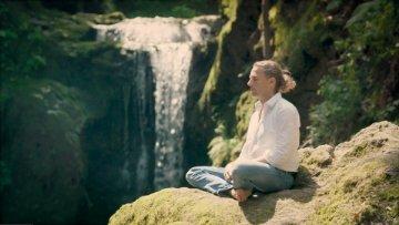 veit-lindau-meditiert-vor-wasserfall